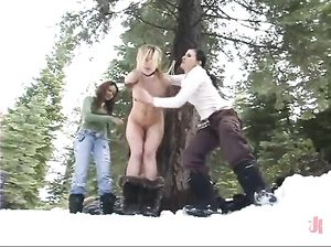 Три чиксы издеваются над блондинкой в заснеженном лесу