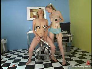 Послушная рабыня лесби проходит испытание секс машиной