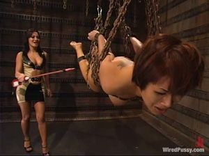 Госпожа в латексе жестко трахает связанную рабыню страпоном и заставляет лизать пизду