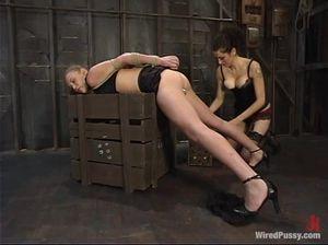 Подвесила на веревках рабыню и выебала сначала секс машиной, а потом страпоном