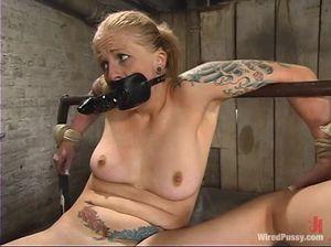 Жесткий бондаж и электротрах для обеих дырок секс рабыни от госпожи в латексе