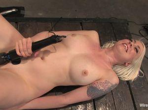 Госпожа довела блондинку с большими сиськами до оргазма при помощи секс машины