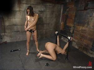 Властная лесбиянка страпоном трахает подругу в БДСМ играх
