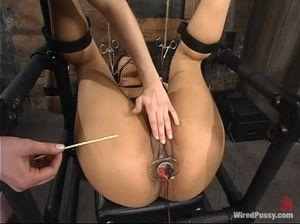 Сладкие пытки электрическим током для смазливой азиатки