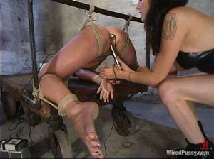 Выпустила рабыню из клетки, чтоб хорошо выебать при помощи секс машины