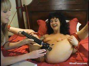 Озабоченная госпожа пытает свою красивую рабыню лесбиянку