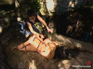 Извращенная лесби дрочит и лижет пизду филиппинки в бондаже