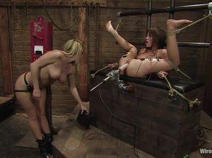 Госпожа разными способами доставляет удовольствие рабыне