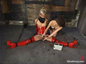 Девушка в латексе терпит жесткое унижение и пытки от лесбиянки