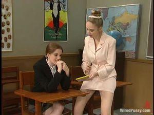 Молодая учительница лесби со страпоном устроила садо-мазо с ученицей