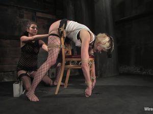 Развратница в красивом белье ласкает тело связанной партнерши