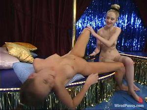 Послушная лесбиянка с красивыми сиськами трахается со страпоном