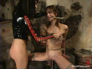 Госпожа лесби и рабыня наслаждаются садо-мазо играми в подвале