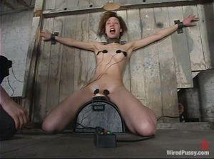 Нетрадиционная БДСМщица испытывает новую секс машину на девке