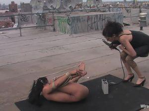 Развратница жестко доминирует над подругой на крыше здания