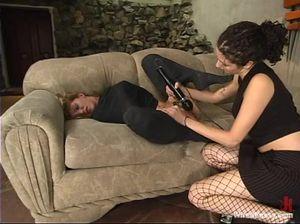 Неугомонная лесбиянка заставила лизать пизду связанную рабыню