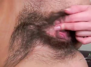 Стройная 18-летняя сучка ласкает пальцами волосатую киску