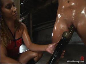 Нетрадиционная госпожа трахает страпоном рабыню с прищепками на пизде