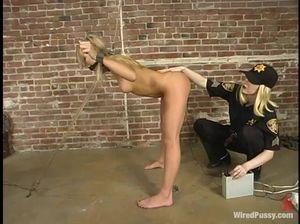 Полицейская лесбиянка жестко трахнула дубинкой скованную блонду