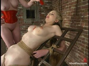 Три лесбиянки пытают в подвале друг друга ради удовольствия