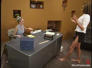 Начальница лесби связала веревочный бондаж для сисястой секретарши