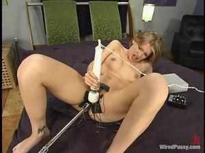Чикса мастурбирует вибратором и испытывает секс-машину