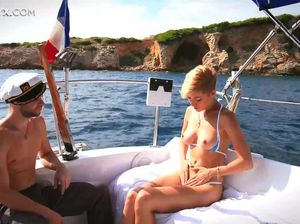 Лысый мажор трахнул на яхте красивую попу короткостриженной блонды