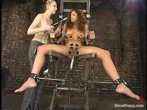 Мулатка испытывает электрическую секс машину