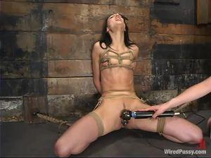 Развратница решила сделать приятно лесбиянке при помощи бондажа и вибратора