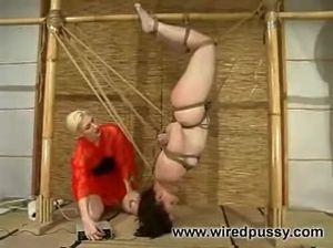 Госпожа лесби жестко издевается над связанной рабыней
