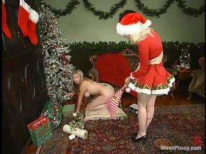 Озабоченная милфа играется с вибратором и получает наказание за это