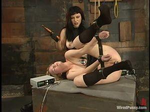 Опытная БДСМщица лесби устроила девке сладкие пытки в подвале