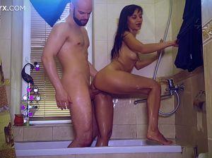 Засадил загорелой сучке в ванной