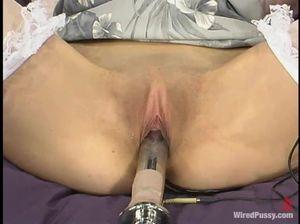 Профессиональная лесби БДСМщица доводит до оргазма девку в бондаже