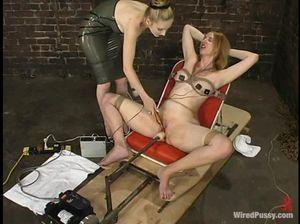 Извращенная лесбиянка трахает секс машиной связанную подружку
