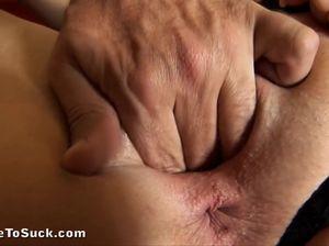 Брюнетка отсасывает стоячий хуй парня после фистинга вагины