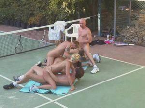 Чешские свингеры прямо на улице обмениваются своими жёнами во время группового секса