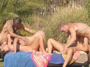 На природе горячие свингеры занимаются активным групповым сексом