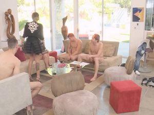 Девушки во время вечеринки сосут члены мужиков и отдаются им