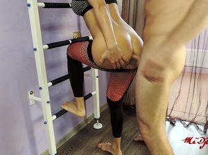 Во время тренировки хорошенькая блондинка трахается с тренером в анал