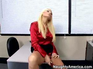 Во время новогодней вечеринки в офисе блондинки скачут на члене мужика