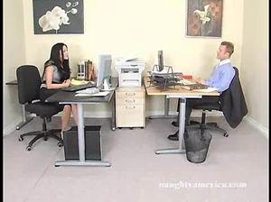 На столе шеф сделал куни секретарше и поебал ее в письку