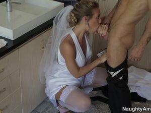Парень трахает чужую невесту и получает от нее хороший минет