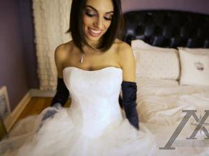 Знойная сексуальная невеста сама себе ласкает горячую пизду