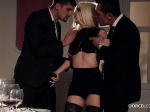 Потрясающая блондинка секретарша очень радуется двойному проникновению