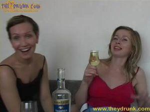 Пьяные русские девки занялись лесбийским сексом на кровати