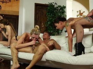 Брюнетки и блондинки во время вечеринки свингеров прыгают на больших членах