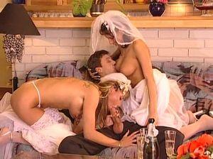 Две красивые невесты прыгают на члене своего любовника и получают наслаждение