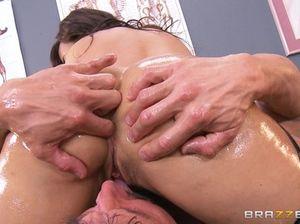 Зрелая медсестра с большой грудью в масле скачет на члене симпатичного молодого парня
