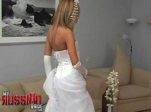 Белокурая невеста дрочит пизду и получает наслаждение